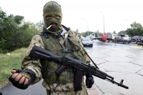 676374-un-combattant-pro-russe-montre-une-grenade-le-10-septembre.jpg