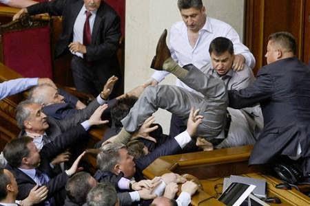 Tradition_Le-point-au-28-Juillet_03_bagarre parlement uke.jpg